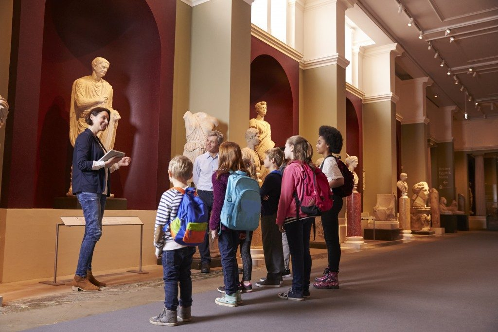 students on school field trip at a museum